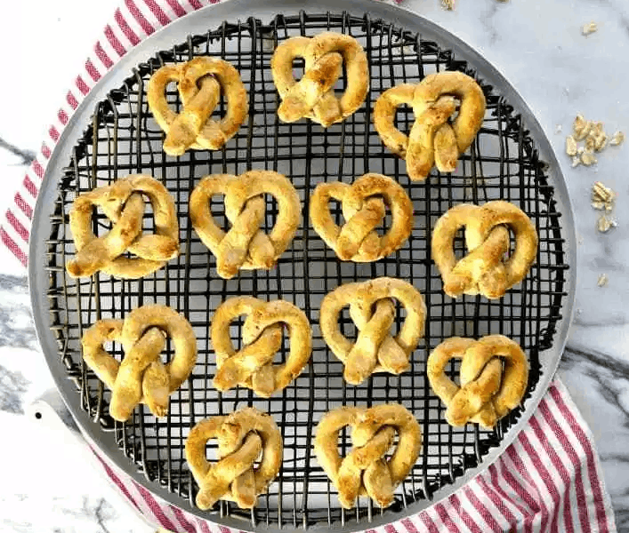Tasty Apple Pretzel and Oat Treats for Dogs